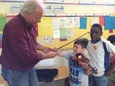 Geige ausprobieren macht Enes Spaß