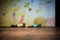 DO IT! - Klang Spiel Raum Ein musikalisches Theaterstück mit Flüchtlingskindern am 26.11.15 im Thalia in der Gaußstraße 40 Kinder aus mindestens 10 Nationen Projektleitung/ Konzept Johanna Franz (Orchesterpädaogin Hamburger Symphoniker) Chritina Fritsch (freie Theaterpädagogin Thalia Theater) Projektassistenz Claudia Chabowski (Orchesterpädagogin Hamburger Symphoniker) Benjamin Retetzki (freier Theaterpädagoge Thalia Theater) Lehrerinnen und Lehrer Elbinselschule Sigrid Skwirblies, Eva Lehmkuhl, Julia Asmolovskaya, Ayhan Ilhan Musikerinnen und Musiker Hamburger Symphoniker Hovhannes Baghdasaryan (1. Geige), Katja Ivanova (2. Geige), Harald Schmidt (Bratsche), Li Li/ Mariusz Wysocki (Cello) Projektberatung Herbert Enge (Thalia Theater)