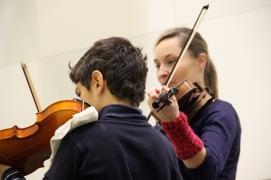Samer aus Syrien lernt fleißig Geige und hat bald seinen ersten Auftritt..