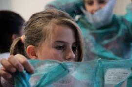 Keisi aus Albanien beim Kostüme ausprobieren